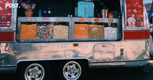 Konsep Bisnis Food Truck ikut meramaikan dunia bisnis kuliner akibat dari semakin berkembangnya usaha kuliner yang membuat para pebisnis kewalahan untuk mencari tempat yang cocok dan sesuai untuk memulai usaha, apalagi untuk pebisnis yang baru pertama kali mencoba akan sangat kesulitan untuk menemukan tempat berjualan. Ditambah dengan biaya sewa yang membuat keuntungan semakin sedikit dan belum tentu hasil dari penjualan yang bisa menutupi biaya sewa tempat. Untuk itu, kamu bisa membuat restoran berjalan milikmu sendiri dengan menggunakan konsep bisnis food truck.