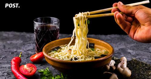 5 Rekomendasi Tempat Makan Ramen Enak di Jakarta Makanan Jepang sampai saat ini memang enggak ada habisnya, mulai dari sushi, ramen, takoyaki dan masih banyak jenis makanan Jepang lainnya. Berikut ini adalah 5 rekomendasi tempat makan ramen enak di Jakarta yang wajib banget kamu cobain! Ikkudo Ichi Siapa sih yang gak tau Ikkudo Ichi? Kedai ramen yang satu ini telah memiliki banyak sekali cabang di Jakarta. Ada berbagai menu yang ditawarkan oleh Ikkudo Ichi dengan menu andalannya adalah Ikkudo Ichi itu sendiri. Beberapa menu lainnya yang tersedia di Ikkudo Ichi adalah yakiniku, tsukemen dan masih banyak lagi. Selain itu, disini kamu bisa memilih ramen sesuai dengan keinginan kamu mulai dari kekentalan kuahnya, bagaimana rasanya hingga kelembutan mienya. Harga dari satu porsi Ikkudo Ichi berada di kisaran Rp 40.000 - Rp 60.000. Tetapi, Ikkudo Ichi menyajikan menu yang tidak halal di beberapa cabangnya, tanya dulu ya jika ingin memesan. Alamat: Grand Indonesia West Mall, Kebon Melati, Central Jakarta City, Jakarta 10230 Menya Sakura Menya Sakura punya menu andalan berupa Spicy Tonkotsu Ramen yang memiliki rasa autentik asli Jepang. Menu ini merupakan ramen terenak yang menyajikan ramen pedas untuk dinikmati. Namun, Spicy Tonkotsu Ramen tidak halal karena mengandung pork untuk campuran kuah ramennya. Penyajiannya pun juga dilengkapi dengan potongan daging pork, kuah yang tidak terlalu kental sehingga tidak akan membuat tenggorokanmu eneg saat menyantap menu ini. Alamat: Jl. Prof. DR. Satrio No.3-5, RT.18/RW.4, Kuningan, Karet Kuningan, Setia Budi, South Jakarta City, Jakarta 12940. Hakata Ikkousha Di negara asalnya Jepang, Hakata Ikkousha Ramen sudah berdiri selama 40 tahun sehingga kamu tidak perlu meragukan rasanya. Kedai ramen ini memiliki berbagai jenis ramen dan varian rasa. Kamu juga bisa memesan topping dan mie yang akan kamu santap! Alamat:Jalan Asia Afrika No.19 Senayan City LG floor, RT.1/RW.3, Gelora, Tanah Abang, Kota Jakarta Pusat, Daerah Khusus Ibukota Jak