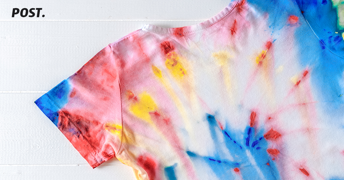 alah satu cara membuat baju motif tie dye yang mereka lakukan adalah mewarnai kain dengan cara mengikat dan mencelupkan di pewarna tekstil.