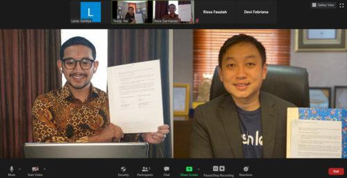 Kerjasama POST. dan Cashlez untuk Dukung UKM Indonesia JAKARTA, 31 Agustus 2020 - Pesatnya perkembangan teknologi dan digital, menuntut para pebisnis untuk bisa beradaptasi dalam menjalankan bisnis mereka. Terlepas dari jenis bisnis yang sedang dijalankan, tidak ada salahnya memanfaatkan teknologi untuk mempermudah operasional bisnis. Salah satunya adalah dengan menggunakan sistem Point of Sale (POS) yang menyediakan solusi all-in-one untuk persoalan bisnis termasuk kelola bisnis. Aplikasi kasir POST. merupakan bagian dari Fazz Financial Group dengan PAYFAZZ salah satu produk pertamanya. Sebelum POST. dibangun, para Founder melihat dimana mayoritas pebisnis di Indonesia belum memiliki pencatatan bisnis yang baik, sehingga mengakibatkan kerugian di 5 tahun pertama bisnis tersebut. Maka POST. berkomitmen untuk membantu memajukan bisnis dalam negeri meskipun tidak mudah, apalagi merubah kebiasaan yang dahulu serba manual menjadi menggunakan teknologi digital. Target market dari POST. adalah pemilik usaha di bidang makan dan minuman, jasa seperti salon, pangkas rambut, dan retail. Oleh karena itu, aplikasi POST. hadir untuk memenuhi berbagai kebutuhan para pebisnis dalam mengelola bisnis yang lebih mudah mulai dari mempercepat proses pemesanan, terima pembayaran, laporan keuangan, dan masih banyak fitur berguna lainnya. Pada hari ini (31/8), aplikasi kasir POST. mengumumkan kerjasama dengan Cashlez, salah satu payment gateway terpercaya di Indonesia, dalam menyediakan solusi pembayaran di aplikasi kasir POST. agar pemilik usaha dapat mengatur serta menumbuhkan bisnisnya. Melalui kerjasama ini, pengguna aplikasi kasir POST. dapat menerima pembayaran non-tunai dari Cashlez mulai dari kartu kredit/debit hingga dompet digital karena pada masa new normal saat ini kami akan terus mendukung bisnis di indonesia untuk menciptakan transaksi yang aman, dengan cara bertransaksi tanpa bersentuhan dan mengurangi pembayaran tunai dengan non-tunai. Tee Teddy Setiawan selaku CEO Cashlez