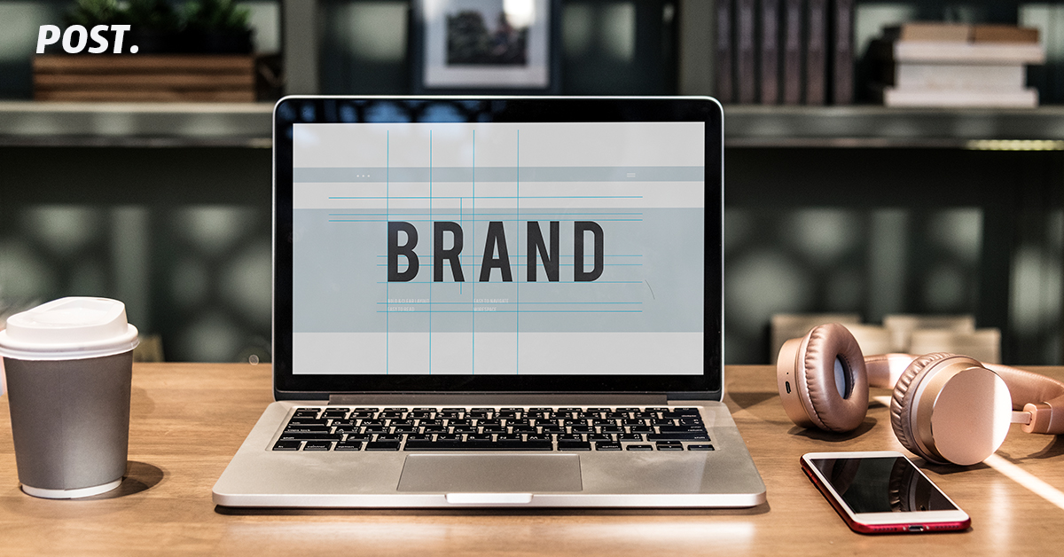 Brand – Apa yang terlintas di pikiran Anda jika ditanya tentang Air Mineral? Nah jawaban Anda adalah salah satu contoh branding yang sukses. Sebagai pelaku bisnis penting sekali untuk mengenal dan merumuskan brand Anda, karena tidak hanya mencoba untuk membuat impression yang kuat tetapi memungkinkan bagi konsumen dan mitra untuk mengenal perusahaan Anda. Lalu kenapa sih brand itu penting? Bantu meningkatkan reputasi bisnis Brand image yang kuat , dan konsisten akan lebih memudahkan konsumen untuk mengenali, mengingat dan merekomendasikan. Logo yang baik harus mampu membuat kesan yang mendalam kepada target segment bahkan saat pertama kali dilihat. selain itu juga berfugsi sebagai identitas. Identitas itu lah yang membedakan produk/jasa Anda dengan produk/jasa sejenis milik kompetitor Brand membantu mendapatkan pelanggan Apabila kita sudah cukup terkenal dan kuat dalam lini bisnis kita, maka akan sangat mudah untuk mendapatkan konsumen baru. Dengan itu, Anda membuka komunikasi dengan calon pelanggan Anda. Dan akan menyampaikan apa yang menjadi unique selling point (USP) produk/jasa yang Anda punya. Selain itu, kehadiranya juga memungkinkan Anda untuk mendapatkan review dari pelanggan yang telah mencoba produk/jasa dari brand Anda. Tingkatkan kepercayaan perusahaan Brand yang kuat dan profesional akan cenderung lebih dipercaya oleh Orang lain untuk melakukan bisnis. Pelanggan merasa mereka dapat mempercayai perusahaan , produk dan jasa yang ditawarkan Bagi Anda yang belum melakukan branding untuk usaha Anda, ini dia saat yang tepat untuk membentuknya sehingga produk/jasa yang Anda tawarkan dapat segera dikenal dan dicintai masyarakat. Copywriting adalah suatu teknik pemasaran yang patut untuk dipertimbangkan, maka sudah tentu memiliki manfaat penting untuk perluasan sebuah bisnis. Copywriting sendiri sebenarnya merupakan suatu seni pemilihan dan perangkaian kata-kata yang bertujuan untuk membuat orang lain melakukan hal atau tindakan yang sesuai dengan keinginan dari