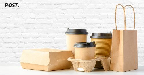 5 Jenis Kemasan Produk yang wajib Pebisnis Ketahui 5 Jenis Kemasan Produk yang wajib Pebisnis Ketahui - Pada postingan sebelumnya telah dibahas mengenai cara membuat desain kemasan produk untuk UMKM, kini waktunya kamu mengetahui tentang jenis kemasan produk yang biasanya dipakai dan sering ditemukan. Membuat sebuah barang yang dipasarkan, harus memiliki packaging atau kemasan yang menarik minat konsumen untuk membeli. Kemasan merupakan sejenis wadah atau pembungkus yang berfungsi untuk melindungi barang suatu barang yang akan digunakan. Semakin berkembangnya zaman, kemasan kini beralih fungsi menjadi salah satu media pemasaran yang dapat menarik minat konsumen, tentu saja kemasan tersebut harus memikat calon pembeli. Desain kemasan yang bagus, dapat mendorong penjualan dan yang paling penting untuk branding. Berikut beberapa jenis kemasan yang dapat kamu pilih untuk barang yang kamu jual: Kemasan Kaca Kemasan kaca merupakan salah satu kemasan yang dapat digunakan ulang dengan cara dibersihkan. Material kaca lebih aman untuk dikemas karena tidak akan bereaksi dengan barang produk. Walaupun harga material kaca lebih mahal sama seperti logam, namun memiliki daya tahan yang lebih lama untuk digunakan dan lebih berat. Kemasan kaca sangat rentan untuk pecah jika terjadi benturan. Kemasan Kertas Pada umumnya, kemasan kertas, karton, kardus sering digunakan untuk perlindungan tambahan packaging, karena didalamnya masih terdapat packaging dari bahan kemasan lain. Namun, baru-baru ini terdapat beberapa kemasan yang menggunakan kertas bukan sebagai perlindungan tambahan, tetapi jadi tempat wadah utama dan biasanya digunakan untuk produk jenis makanan. Kemasan kertas cenderung rusak jika terkena air. Namun, kemasan kertas dianggap lebih ramah lingkungan dan praktis untuk kemasan sementara. Kemasan Plastik Kemasan yang paling banyak dipakai dan paling sering ditemui ini memang memiliki harga produksi yang relatif murah. Namun, masa pemakaian lebih singkat dan hampir semuanya si